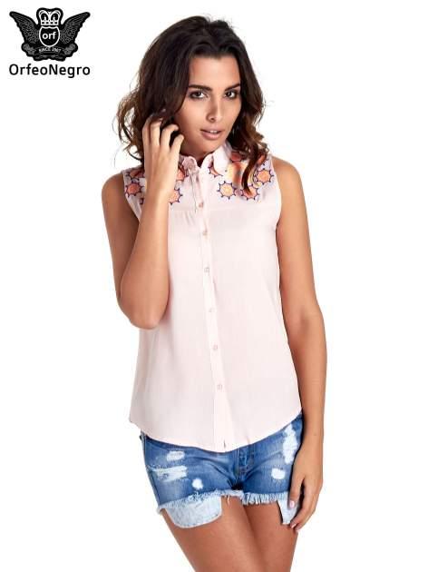 Różowa koszula bez rękawów z kolorowym haftem na górze                                  zdj.                                  1