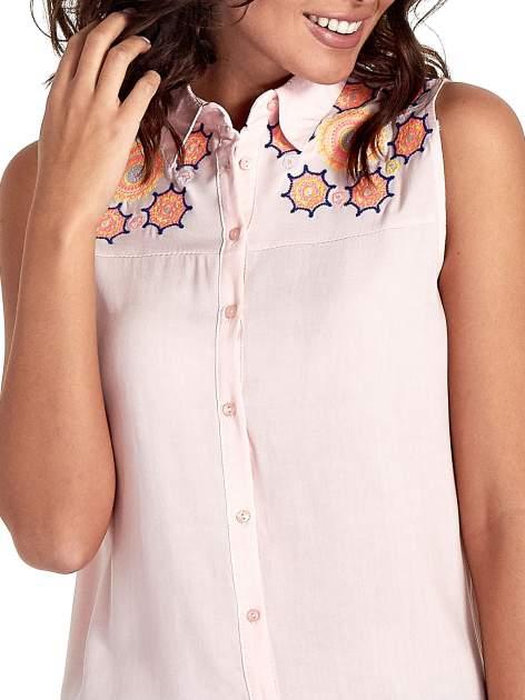 Różowa koszula bez rękawów z kolorowym haftem na górze                                  zdj.                                  5