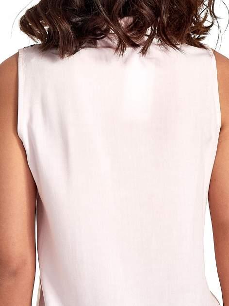Różowa koszula bez rękawów z kolorowym haftem na górze                                  zdj.                                  6