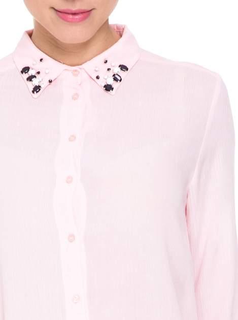 Różowa koszula z biżuteryjnym kołnierzykiem                                  zdj.                                  7