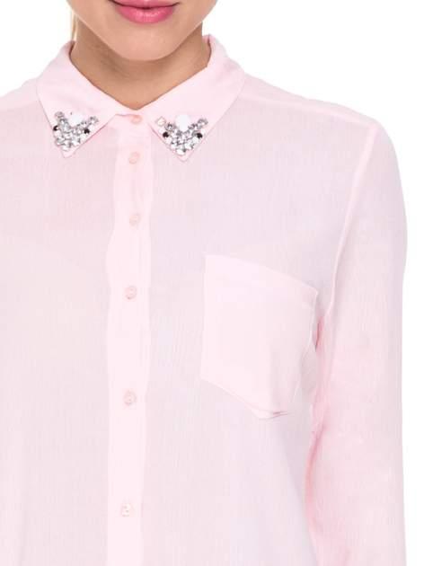 Różowa koszula z biżuteryjnym kołnierzykiem i kieszonką                                  zdj.                                  8