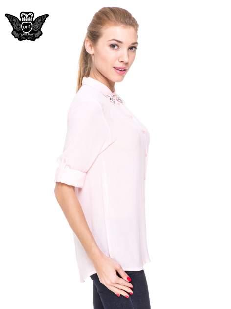 Różowa koszula z biżuteryjnym kołnierzykiem i kieszonką                                  zdj.                                  5