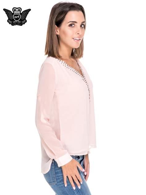 Różowa koszula z transparentnymi rękawami i dżetami przy dekolcie                                  zdj.                                  3