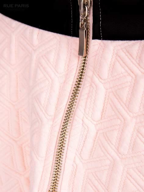 Różowa rozkloszowana spódnica ze skórzanym pasem z dzianiny wytłaczanej w geometryczny wzór                                  zdj.                                  8