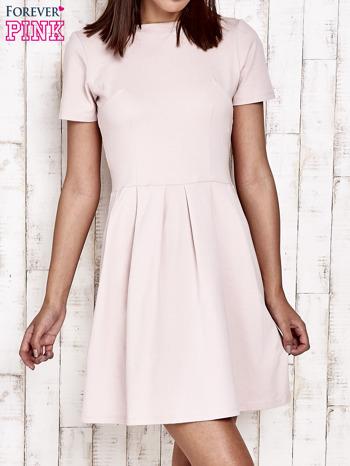 Różowa sukienka dresowa wiązana na kokardę z tyłu