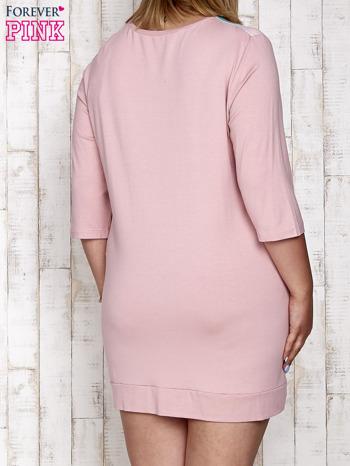 Różowa sukienka dresowa z nadrukiem gwiazd PLUS SIZE                                  zdj.                                  2