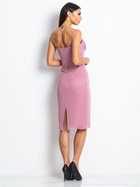 Różowa sukienka koktajlowa z ozdobnym dekoltem                              zdj.                              2