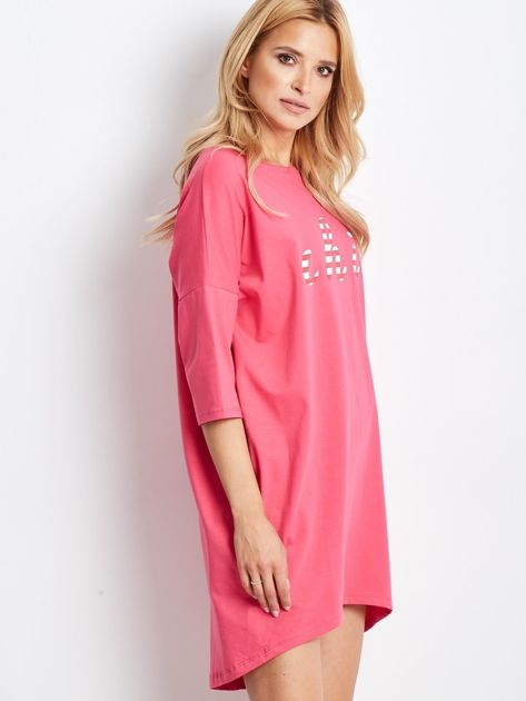 Różowa sukienka oversize z napisem                              zdj.                              3