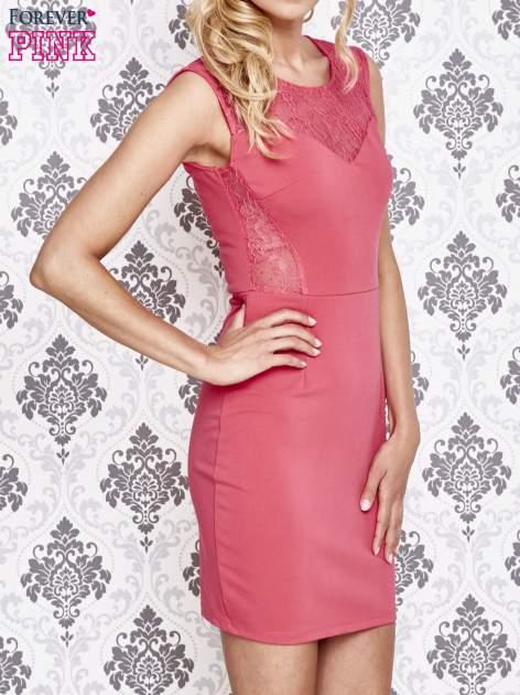 Różowa sukienka tuba z koronkowymi wstawkami                                  zdj.                                  3