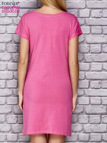 Różowa sukienka z cekinowym motylem