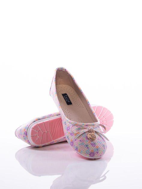 Różowe ażurowe baleriny w kolorową łączkę z ozdobną kokardką i złotą przypinką                              zdj.                              4