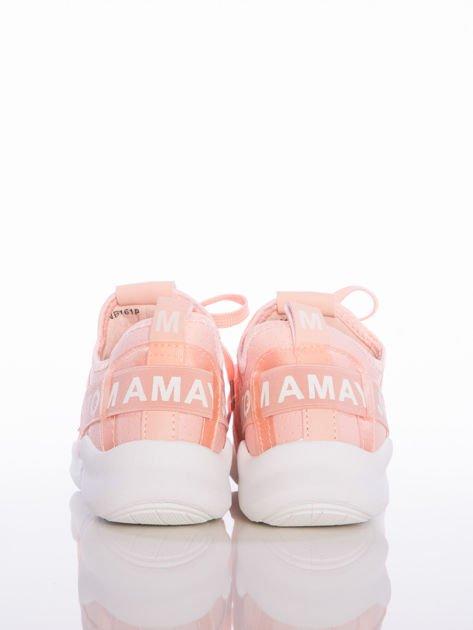 Różowe ażurowe buty sportowe Rue Paris z przezroczystymi szlufkami i białymi napisami                              zdj.                              3