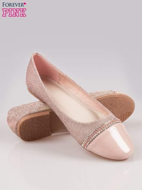 Różowe baleriny z efektem glitter i lakierowanym noskiem                                  zdj.                                  4
