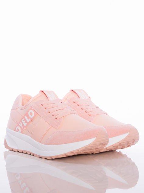 Różowe buty sportowe Rue Paris na sprężystej podeszwie z ozdobnymi napisami                                  zdj.                                  2