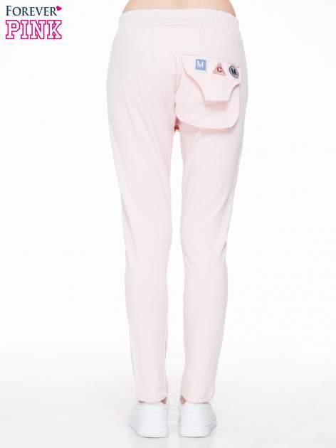 Różowe dresowe spodnie baggy z guzikami i ozdobnymi kieszonkami                                  zdj.                                  4