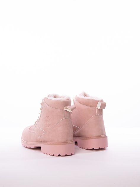 Różowe marmurkowe trapery z błyszczącymi szlufkami                              zdj.                              5