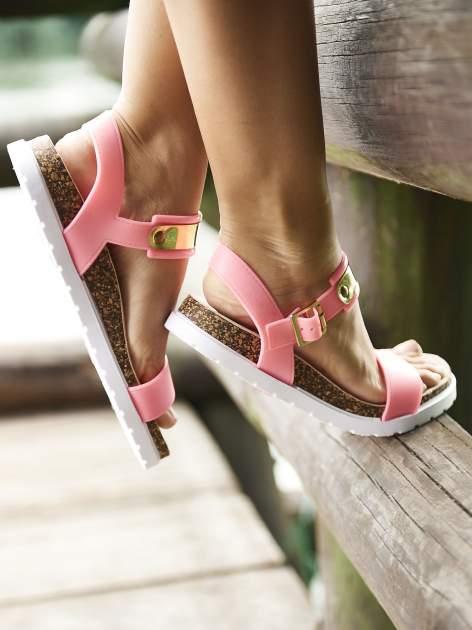 Różowe płaskie sandały z blaszką na korkowej podeszwie