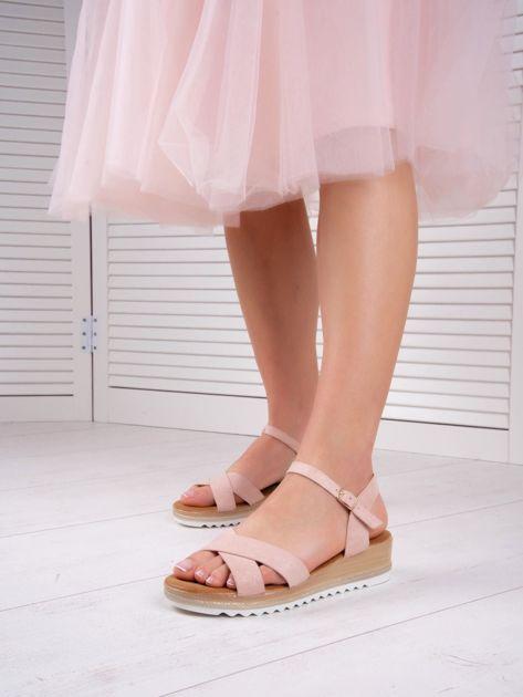Różowe sandały BELLO STAR na podwyższeniu z paskami na krzyż                              zdj.                              1