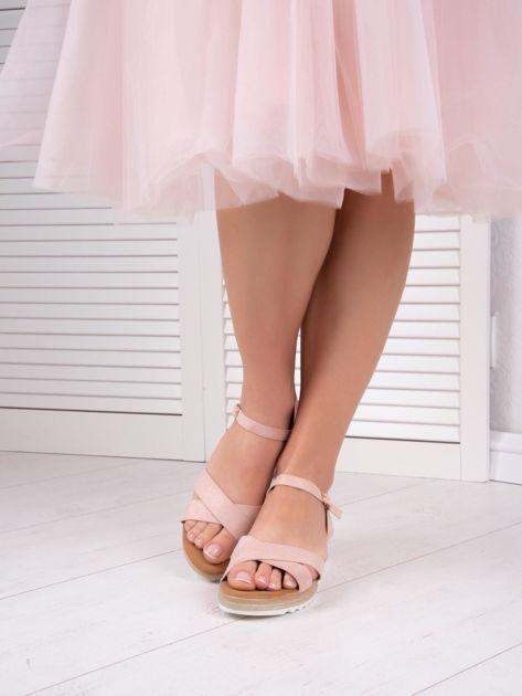 Różowe sandały BELLO STAR na podwyższeniu z paskami na krzyż                              zdj.                              3