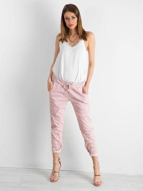Różowe spodnie damskie z lampasami                              zdj.                              4