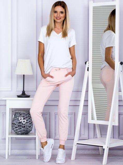 Różowe spodnie dresowe z kieszonką z przodu                              zdj.                              4