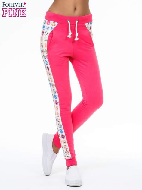 Różowe spodnie dresowe z kolorowym lampasem
