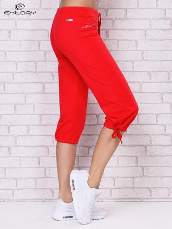 Różowe spodnie sportowe capri ze ściąganą nogawką                                  zdj.                                  3