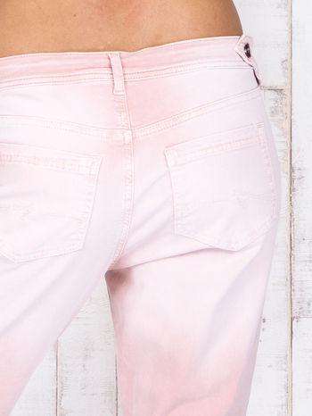 Różowe strechowe spodnie z koronką przy kieszeni                                  zdj.                                  5