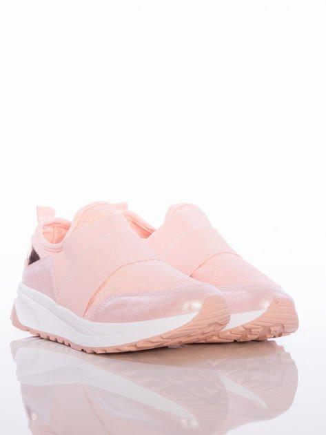 Różowe wsuwane buty sportowe Rue Paris z ażurową cholewką i opalizującymi wstawkami                                  zdj.                                  2