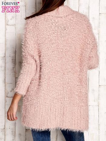 Różowy asymetryczny sweter z szerokim kołnierzem                              zdj.                              4