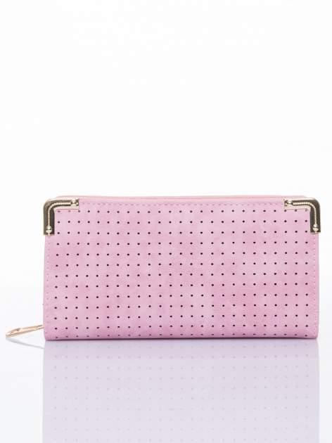 Różowy ażurowany portfel ze złotymi okuciami