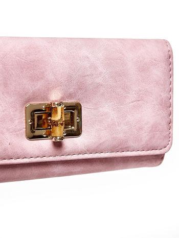 Różowy fakturowany portfel ze stylizowanym zapięciem                                   zdj.                                  6