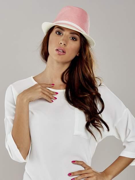 Różowy kapelusz fedora z białym wykończeniem                                  zdj.                                  1