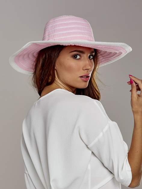 Różowy kapelusz słomiany z dużym rondem i drobnymi paskami                                  zdj.                                  3