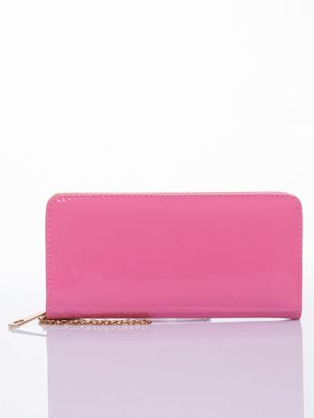 Różowy lakierowany portfel z odpinanym złotym łańcuszkiem