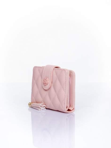 Różowy pikowany portfel z ozdobnym zapięciem                                  zdj.                                  3