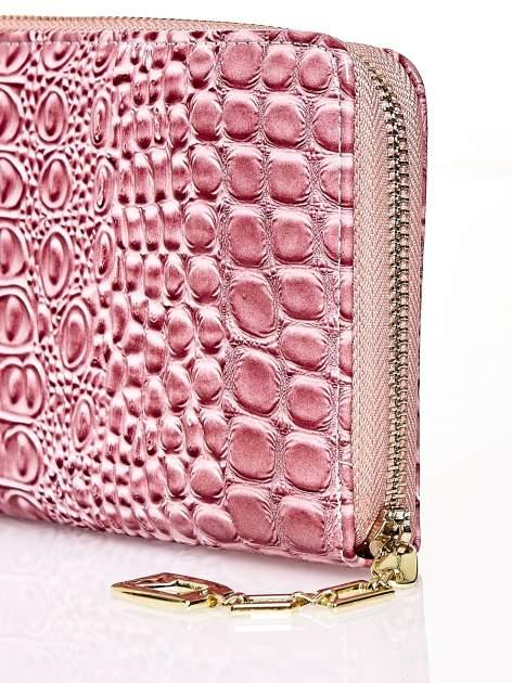 Różowy portfel kopertówka z motywem skóry krokodyla                                  zdj.                                  4