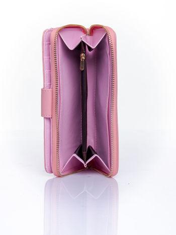 Różowy portfel z ozdobnym zapięciem i złotym uchwytem                                  zdj.                                  5