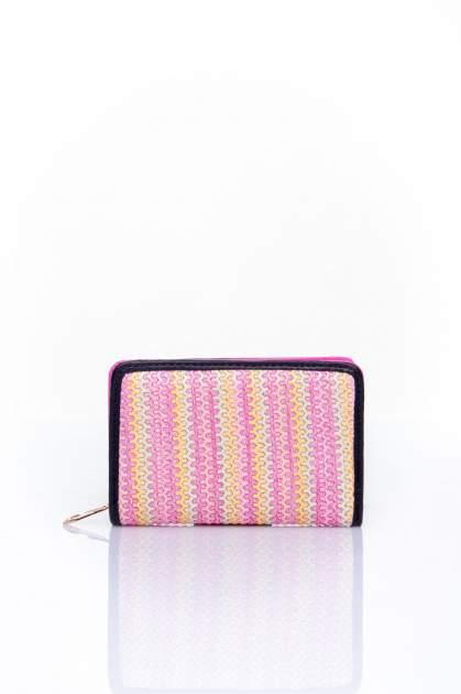 Różowy portfel z plecionkowym wykończeniem