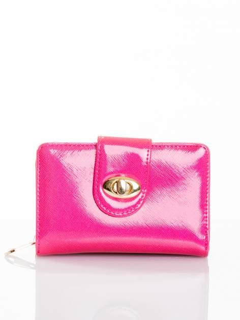 Różowy portfel ze złotym zapięciem efekt skóry saffiano