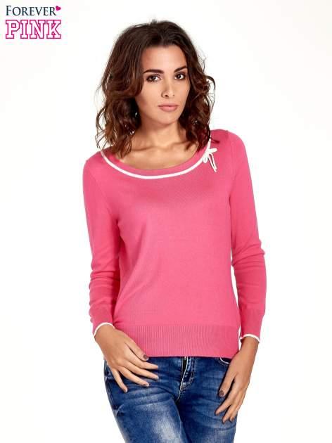 Różowy sweterek z kokardką przy dekolcie