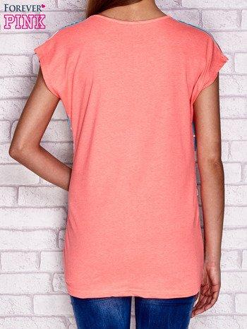 Różowy t-shirt w paski z nadrukiem tekstowym
