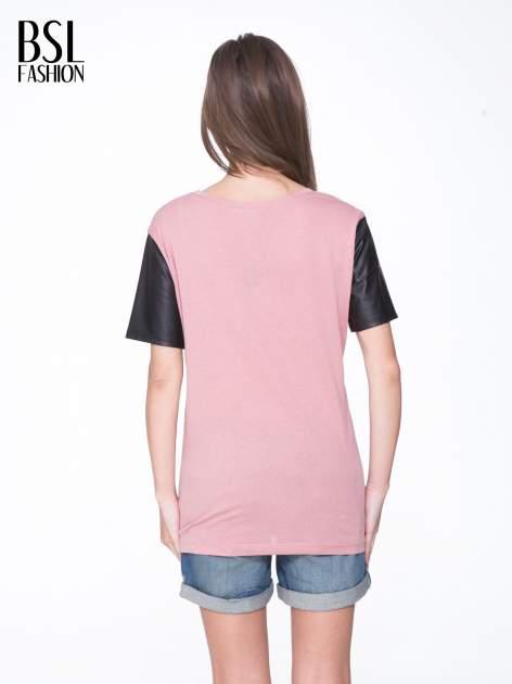 Różowy t-shirt z czarnymi skórzanymi rękawami                                  zdj.                                  4