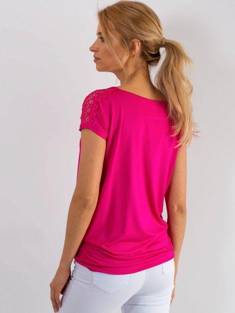 Różowy t-shirt z koronką na rękawach                              zdj.                              2