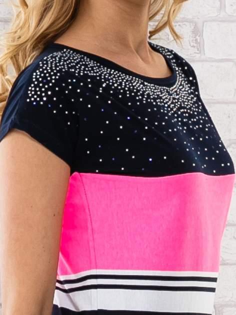 Różowy t-shirt z motywem pasków i aplikacją na dekolcie                                  zdj.                                  5
