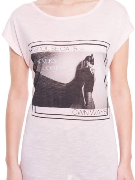 Różowy t-shirt z nadrukiem kobiety-kota                                  zdj.                                  4
