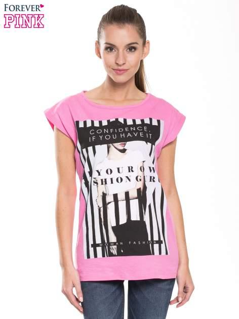 Różowy t-shirt z nadrukiem kobiety w stylu fashion                                  zdj.                                  1