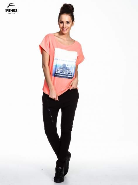 Różowy t-shirt z napisem MIND OVER BODY                                  zdj.                                  2