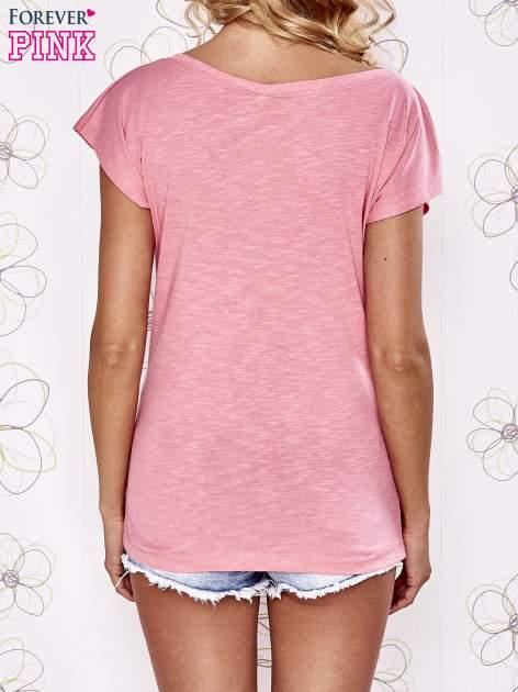 Różowy t-shirt z napisem OUTSIDER                                  zdj.                                  4