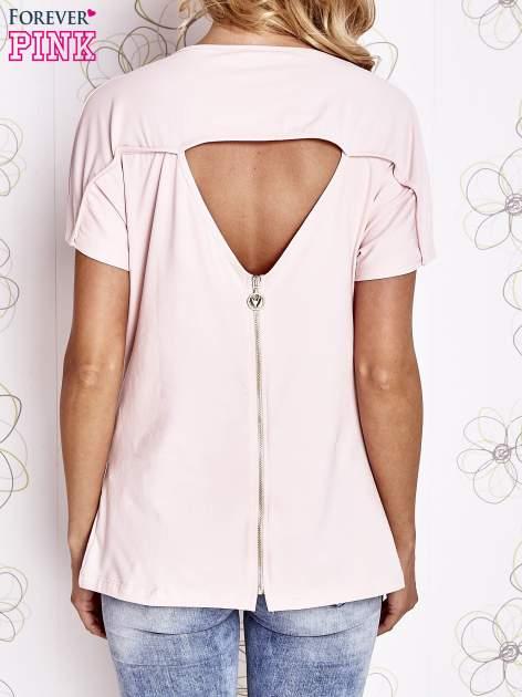 Różowy t-shirt z napisem i trójkątnym wycięciem na plecach                                  zdj.                                  4